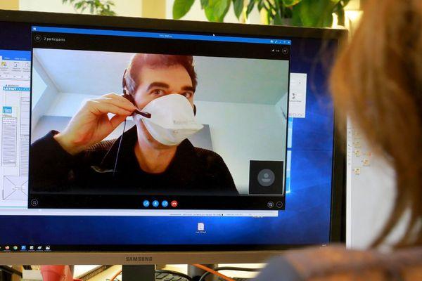 Illustration de salarié travaillant dans une TPE PME portant un masque de protection dans son entreprise et confiné à son domicile en communication skype avec son entreprise - 2020/03/05