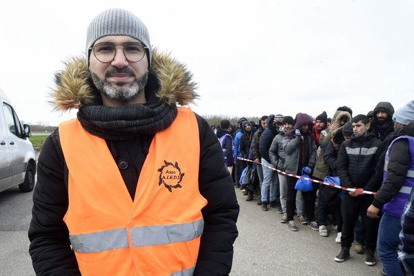 Shadi Abdulrahman, diplômé en tourisme et droit en Syrie, lors d'une distribution de repas pour les migrants à Grande-Synthe.