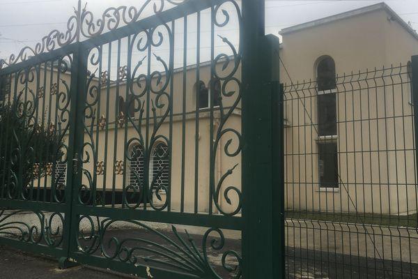 Deux adolescents ont tiré à la carabine à plomb devant cette synagogue, à Sarcelles (Val d'Oise). L'antisémitisme n'a pas été retenu.