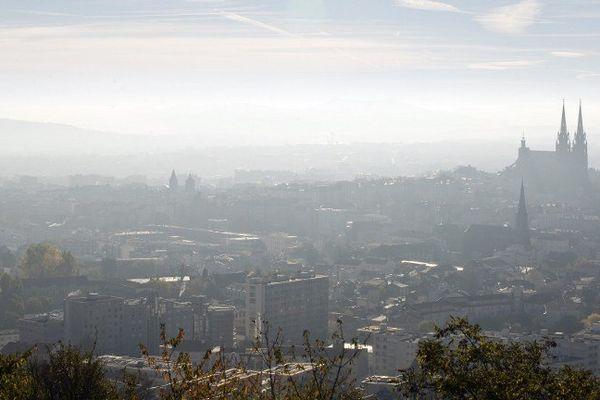La ville de Clermont-Ferrand, vue depuis les hauteurs du parc de Montjuzet.