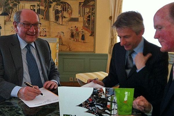 De gauche à droite, Philippe Duron, député-maire de Caen, Laurent Beauvais, président du conseil régional de Basse-Normandie et Pearse Lyons, PDG de Alltech, partenaire titre des JEM 2014