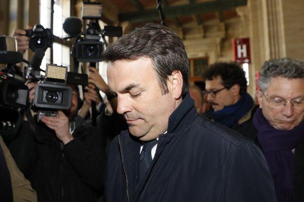 Le député de Saône-et-Loire Thomas Thévenoud arrive au tribunal correctionnel de Paris entouré de nombreuses caméras, le 19 avril 2017.