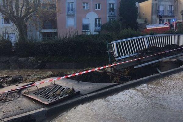 Barrière d'un pont détruite à Mandelieu après les inondations du 1er décembre