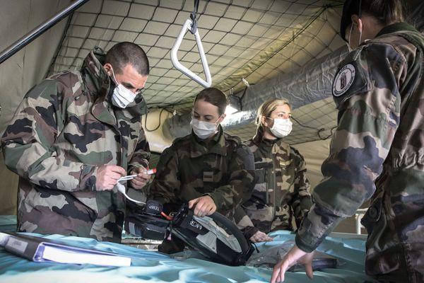Une équipe médicale travaillait 12 heures d'affilée