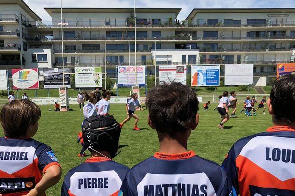 Match des mamans contre les enfants de l'école de rugby