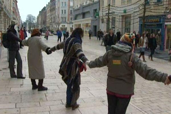 Une chaîne humaine à Amiens contre le tout nucléaire