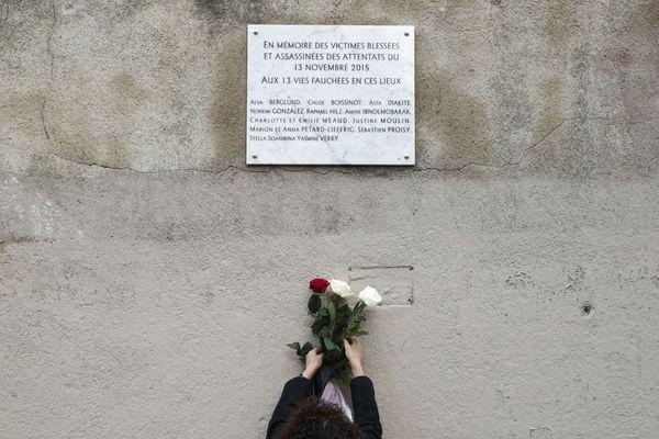 Hommage aux victimes des attentats du 13-Novembre, en 2018, devant la plaque posée à proximité du Carillon et du Petit Cambodge.