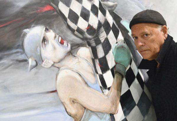 Enki Bilal devant l'une de ses oeuvres lors de l'exposition aux Capucins de Landerneau cette année.