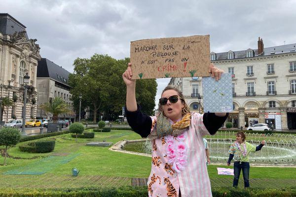 """""""Marcher sur la pelouse n'est pas un crime !"""" un des slogans destinés à faire réagir et recueillir les avis des habitants."""