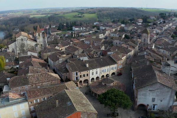 Auvillar domine la Garonne qui a fait sa fortune au XIXème siècle mais le village a des racines beaucoup plus anciennes.