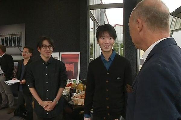 Deux étudiants Japonais et leur traducteur avec Thierry Oriez, président de J.M. Weston.