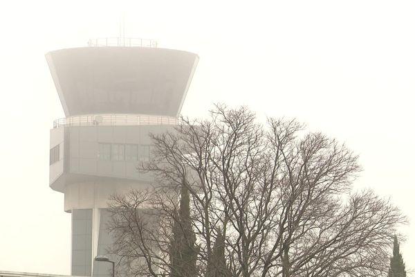 La tour de contrôle de l'aéroport de Montpellier dans le brouillard le 27 janvier 2020