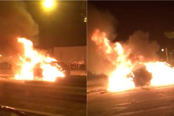 Les voitures en proie aux flammes au péage de Courcy près de Reims.