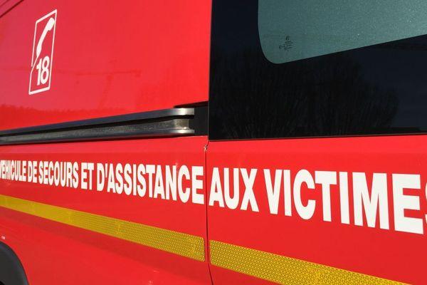 Un véhicule des pompiers pour les secours aux victimes