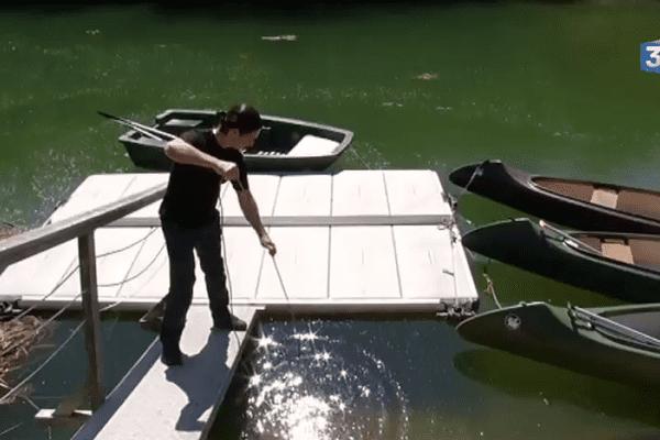 Au bord de la rivière, la pêche aux écrevisses.