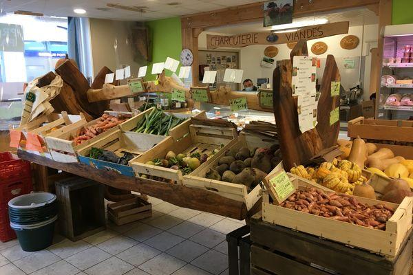 Un étalage de fruits et légumes bio au magasin March'Equitable de Montmorillon.