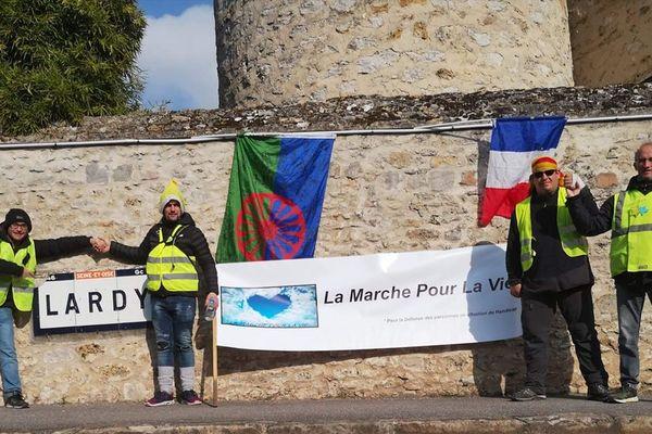 Damien Dejame et Stéphane Buoniconti (2e et 3e sur la photo) ont régulièrement tenu informés leurs proches grâce à des photos diffusés sur leur page Facebook, comme ici à Lardy (Essonne) le 20 février.