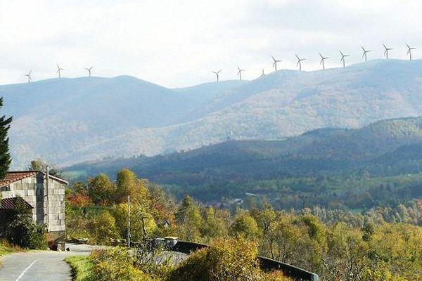 photo simulation vue de la route de Saint-Amans-Valtoret : les éoliennes d'Albine seront installées à proximité d'autres parcs éoliens de la montagne noire