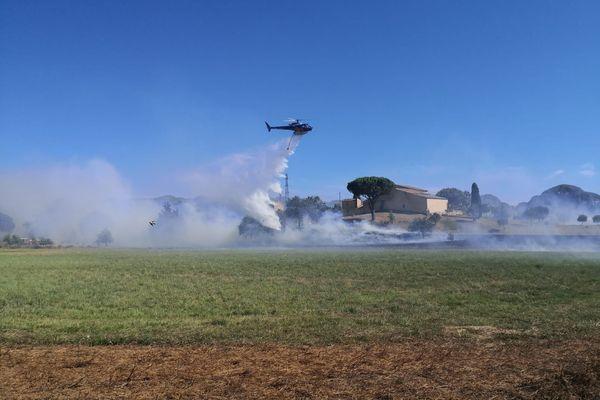 Deux hélicoptères bombardiers d'eau sont sur place pour arrêter le feu.