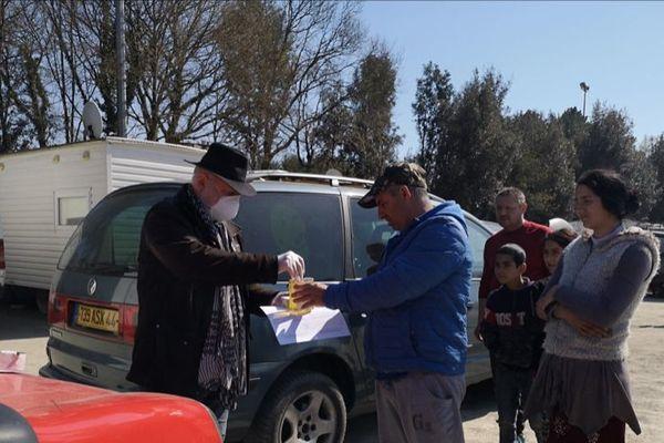 Les associations distribuent de la nourriture mais aussi des kits d'hygiène