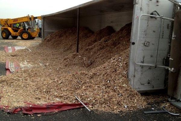 Le camion rempli de copeaux de bois s'est renversé au niveau de Fampoux, sur l'A1, peu avant le péage de Fresnes-Les-Montauban.