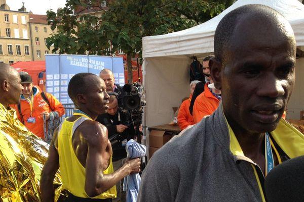 Le Kenyan Mark Tanui (à droite) devant ses compatriotes Ezekiel Koech et Isaac Birir.