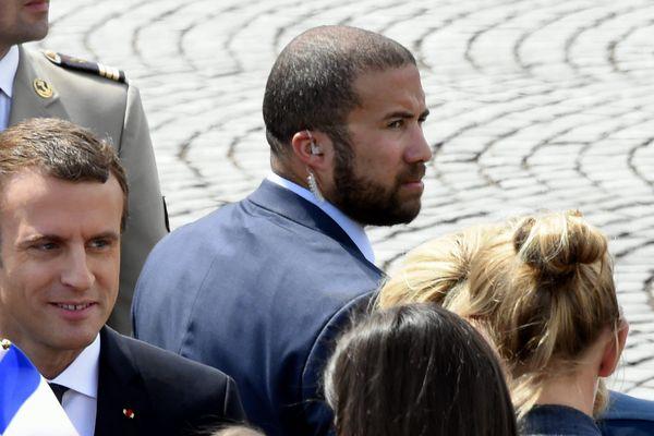 Le Président de la République et son garde du corps, Alexandre Benalla, le 14 juillet 2017 sur les Champs-Elysées.