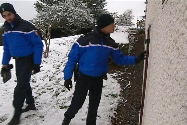 Une patrouille de la Gendarmerie nationale surveille une maison, dans le cadre de l'opération Tranquillité Vacances