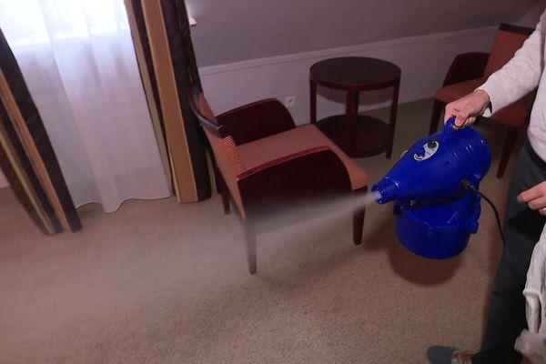Un nébulisateur a été mis à disposition des employés d'entretien pour assainir les chambres.