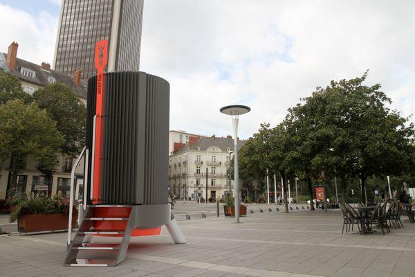 Faltazi est à la recherche d'un partenaire financier pour produire sa dernière invention : l'uritrottoir féminin (simulation d'installation).