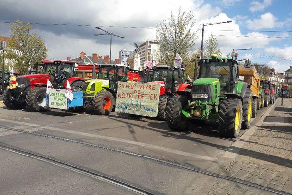 """""""On veut vivre de notre métier"""", les agriculteurs ont installé leurs tracteurs place de la République à Dijon, bloquant la circulation."""