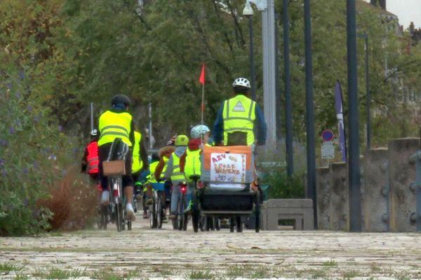 Le Vélobus est un système de ramassage scolaire à vélo, encadré par des bénévoles ou des parents.