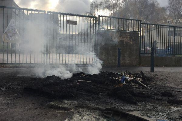 Un feu devant le lycée Jean-Pierre Timbaud d'Aubervilliers (Seine-Saint-Denis) d'où sont parties les manifestations de lycéens.
