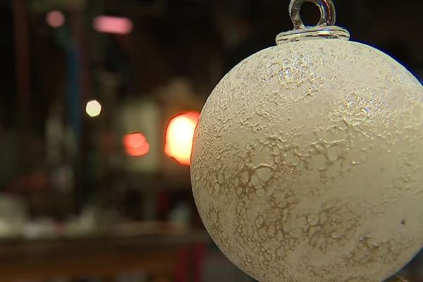 Une boule soufflée à la verrerie de La Rochère en Haute-Saône