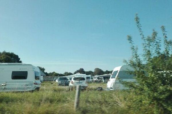 500 caravanes dans le parc du château de Courson... Un village de l'Essonne de 600 habitants.