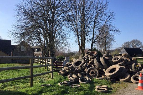 Près de 7 tonnes de pneus interdisaient tout accès et sortie de leur domicile dans la nuit du 16 au 17 mars 2019. Un traumatisme pour le couple.
