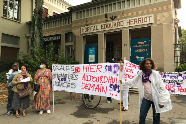Lyon : les soignants protestent contre le pass sanitaire et l'obligation vaccinale. Une manifestation a rassemblé une quarantaine de personnes ce jeudi matin 9 septembre 2021 devant l'hôpital Edouard Herriot