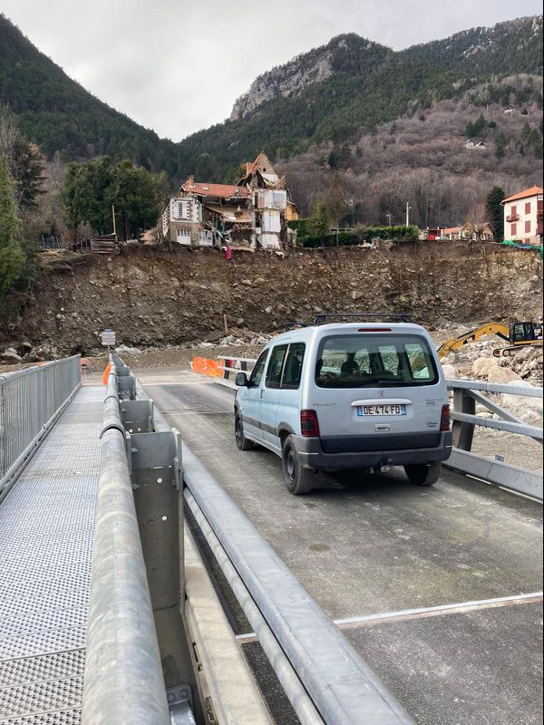 Les véhicules passent sans problème sur les ponts provisoires.