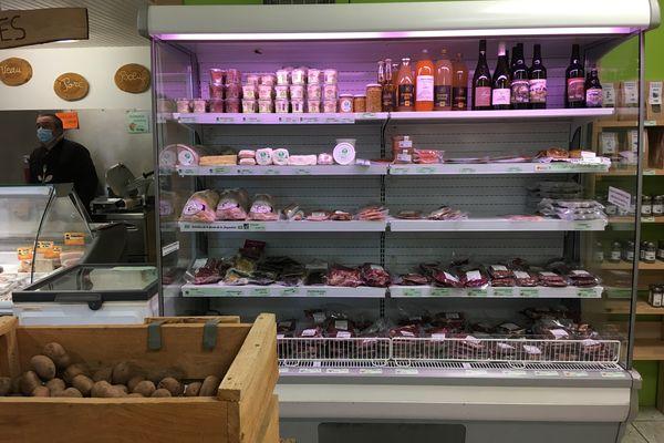 Le magasin de producteurs propose à la fois de la viande, des produits laitiers et des fruits et légumes frais.