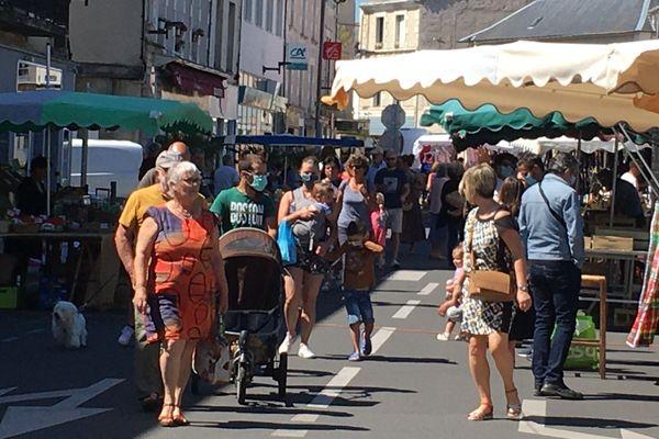 Le marché de Neuville-de-Poitou, entre les masqués et les démasqués