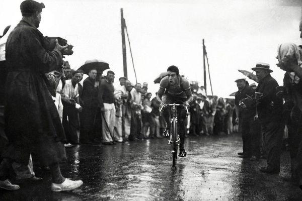 Le cycliste français René Vietto est acclamé par les supporters à son arrivée au col de Braus le 15 juillet lors de la 11ème étape, Nice-Cannes, du Tour de France 1934.