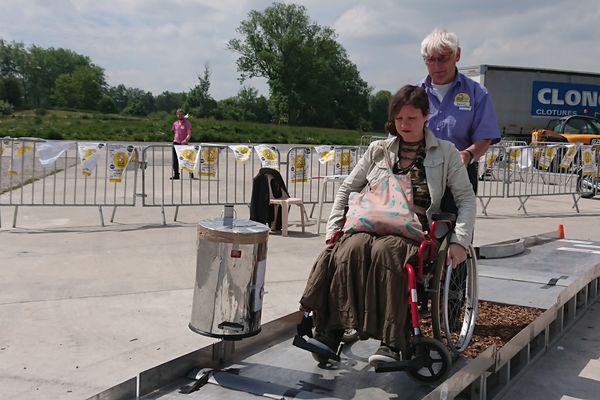 Une volontaire fait face aux différents types de contraintes que rencontrent les personnes en fauteuil roulant.