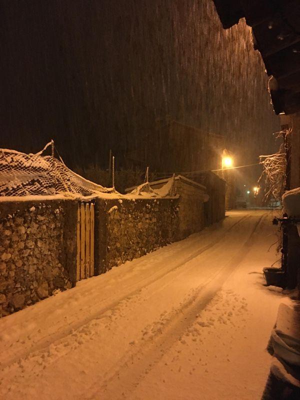 La neige tombe à Caille en pleine nuit.
