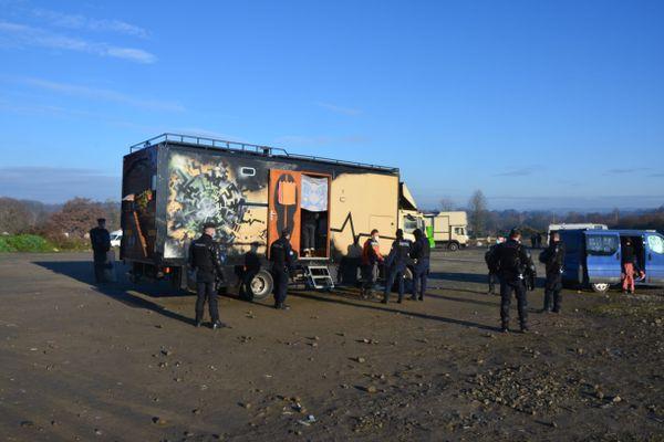 Le 2 janvier à Lieuron en Ille-et-Vilaine, où a eu lieu une rave party. Plusieurs personnes ont été interpellées à la suite de cette fête illégale. Un jeune homme de 22 ans a été placé en détention provisoire