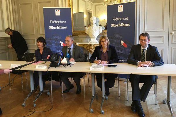 Des membres du rectorat, de l'Agence Régionale de Santé autour du préfet du Morbihan