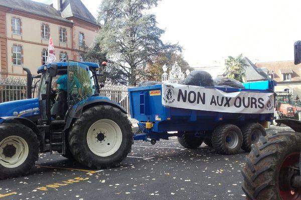 Les agriculteurs manifestent devant la préfecture de Tarbes
