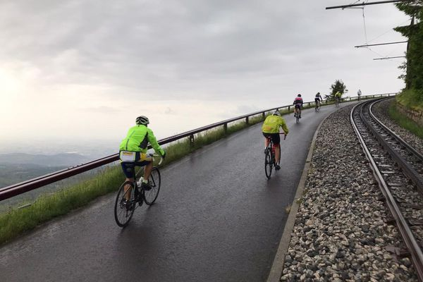 Pas moins de 400 coureurs ont pris le départ de la montée du puy de Dôme ce samedi 3 juillet.