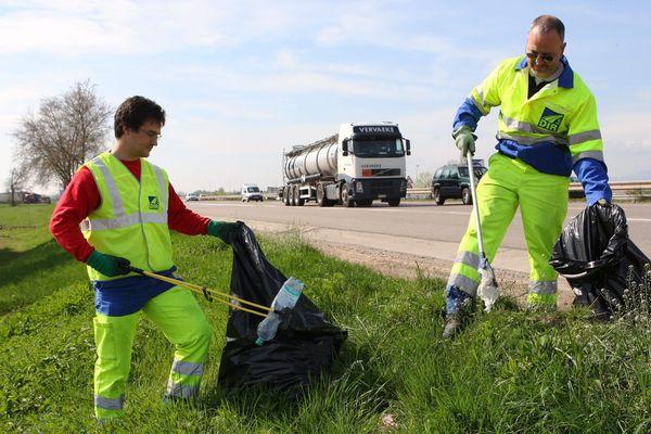 Nettoyage d'une route alsacienne par la DIREst en 2013.