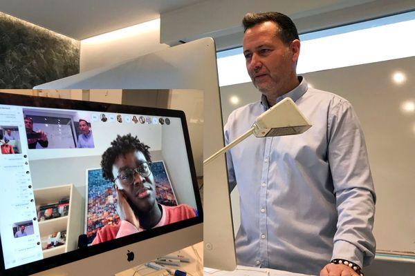 Eric Brasseur, professeur de physique, enseigne via une plateforme video à ses élèves de terminale