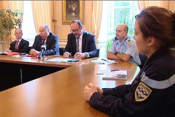 Préfet et sapeurs pompiers lors d'une conférence de presse à Montargis
